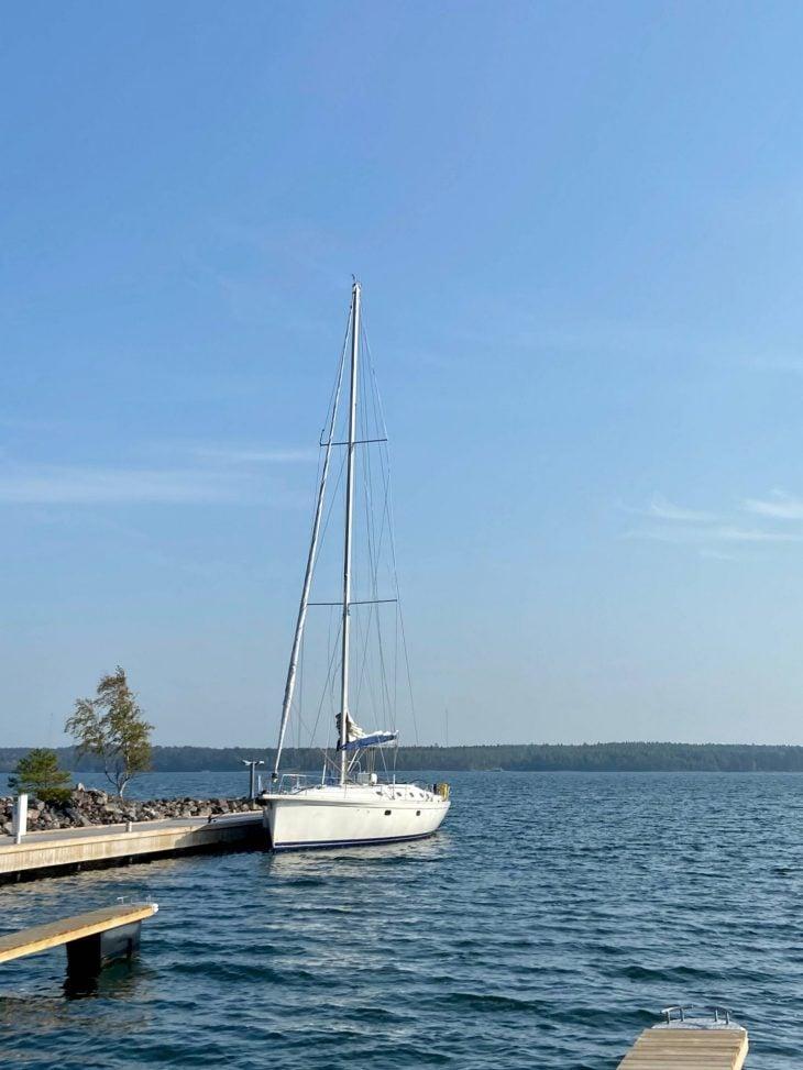 Högsåra vierasvenesatamassa Midnight Sun Sailing purjevene Saaristomeri purjehdus venevuokraus kotimaan matkailu