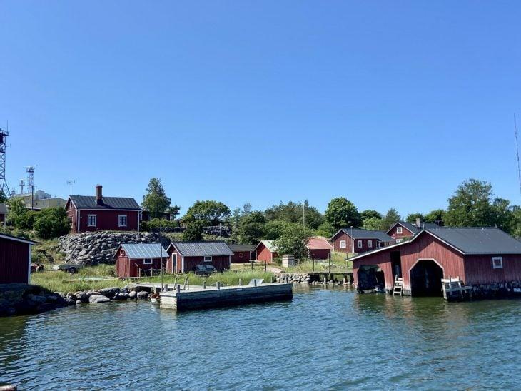 Utö saaristokylä ulkosaaristossa venevajat vierasvenesatama