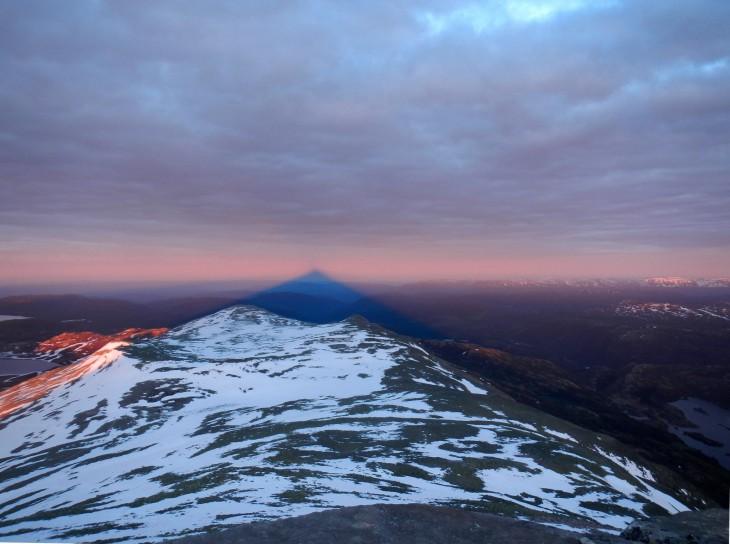 Auringon laskiessa takanamme olevasta vuoresta muodostui upea varjo