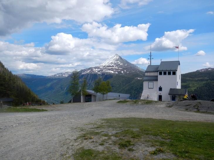 Krossobanenista jalkauduttua tullaan tasanteelle, josta lähtee useampia vaelluspolkuja. Taustalla näkyy Gaustatoppen.