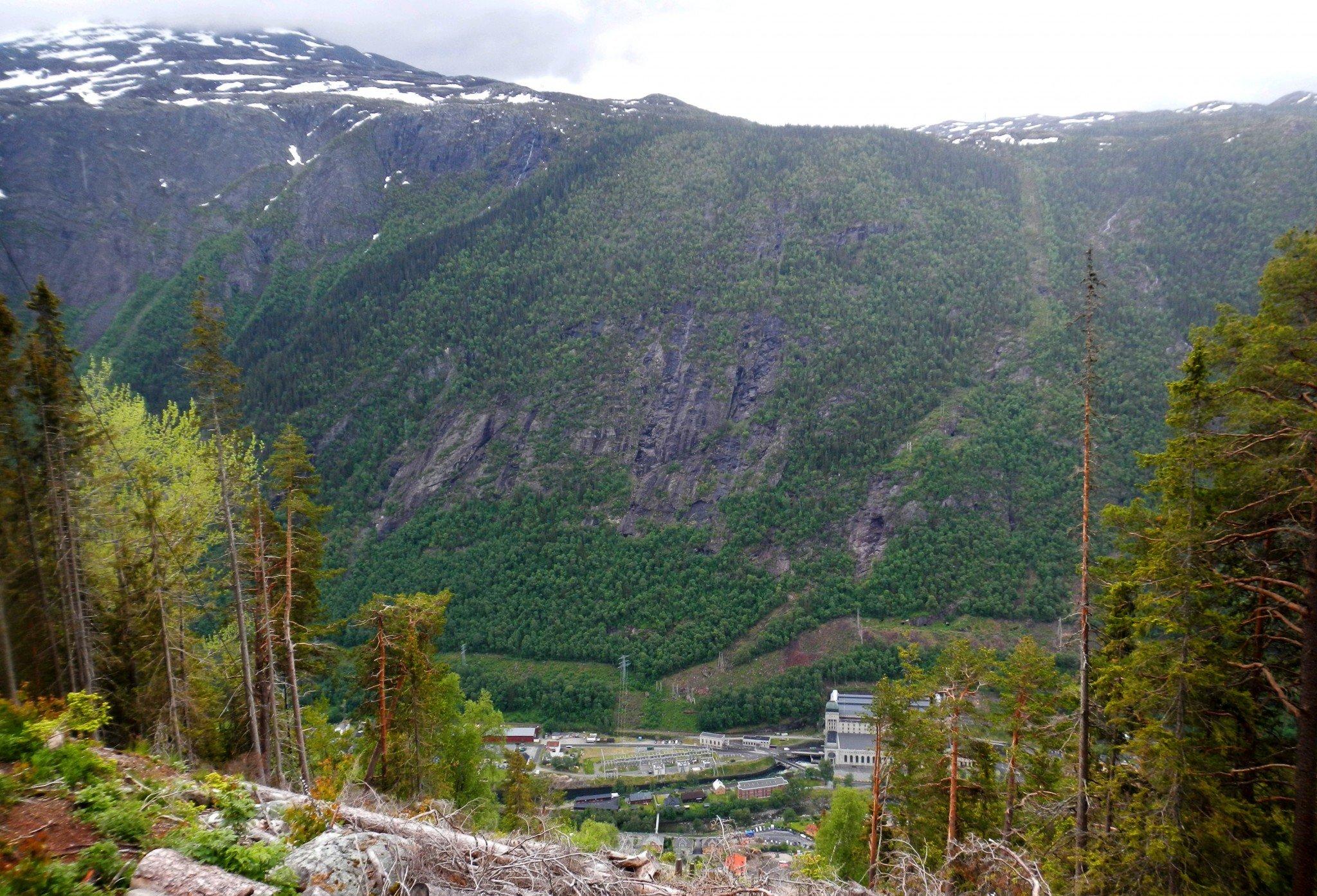 Rjukanin kylä sijaitsee kahden korkean vuoren välissä.