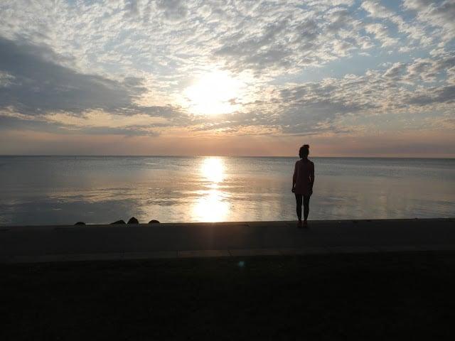 Auringonlasku rantakadulla