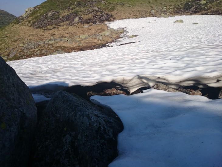 Myös Trolltungan reitiltä löytyy lunta. Lumiosuuksia kannattaa ylittää vain polkuja pitkin - joissain kohdissa lumi ei välttämättä kestä ja alla saattaa piileä railo tai kunnon virtaus