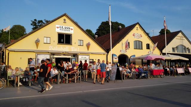 Visbyssä on pakko käydä jätskillä! 180 jäätelömaun joukosta löytyy varmasti jokaiselle jotakin. Ruotsin suurin jäätelöbaari löytyy Visbyn sataman läheisyydestä. Tämäkään ei toki ole ainoa jätskipaikka, samanmoisia on ympäri Visbytä!