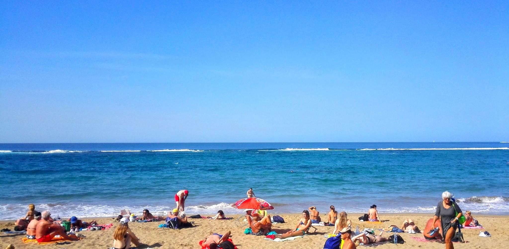 Valkopäät jarruttavat aallonmurtajaan, jonka ansiosta rantavesi on snorklaamiseen otollisinta