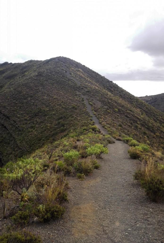 Polku kraaterin ympärillä on helppokulkuista. Vaativampaan maastoon pääsee laskeutumalla alas ja sen jälkeen kiipustelemalla takaisin ylös