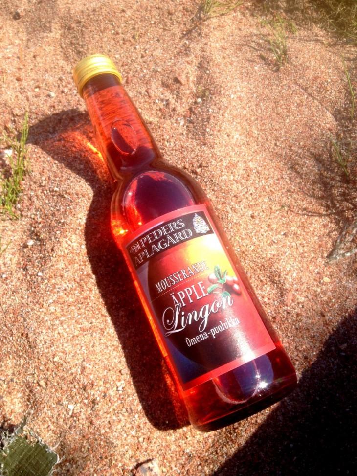 Kökarin saaristokunnassa sijaitsee Suomen eteläisin omenatila, Peders Aplagård. Hyvin kypsytetyistä omenoista valmistetaan mm. erilaisia juomia, hyytelöitä ja salsoja. Tuotteita myydään eri puolilla Ahvenanmaata elintarvikemyymälöissä.