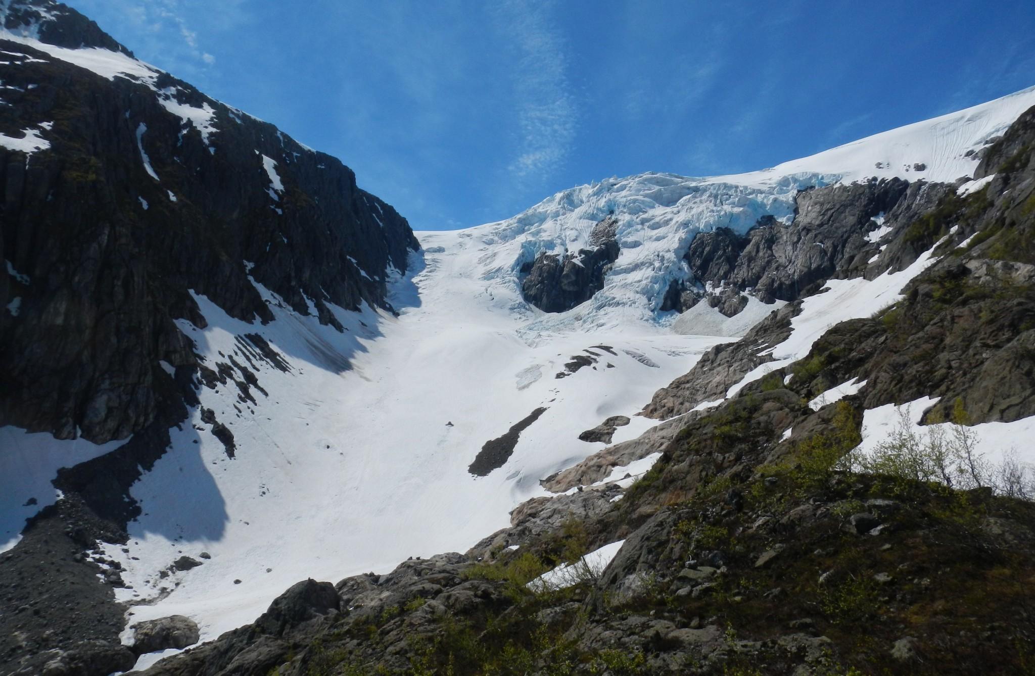 Kaukaa kuului kova jyrähdys, kun iso käsä jäätä vyöryi alas vuoren rinnettä.