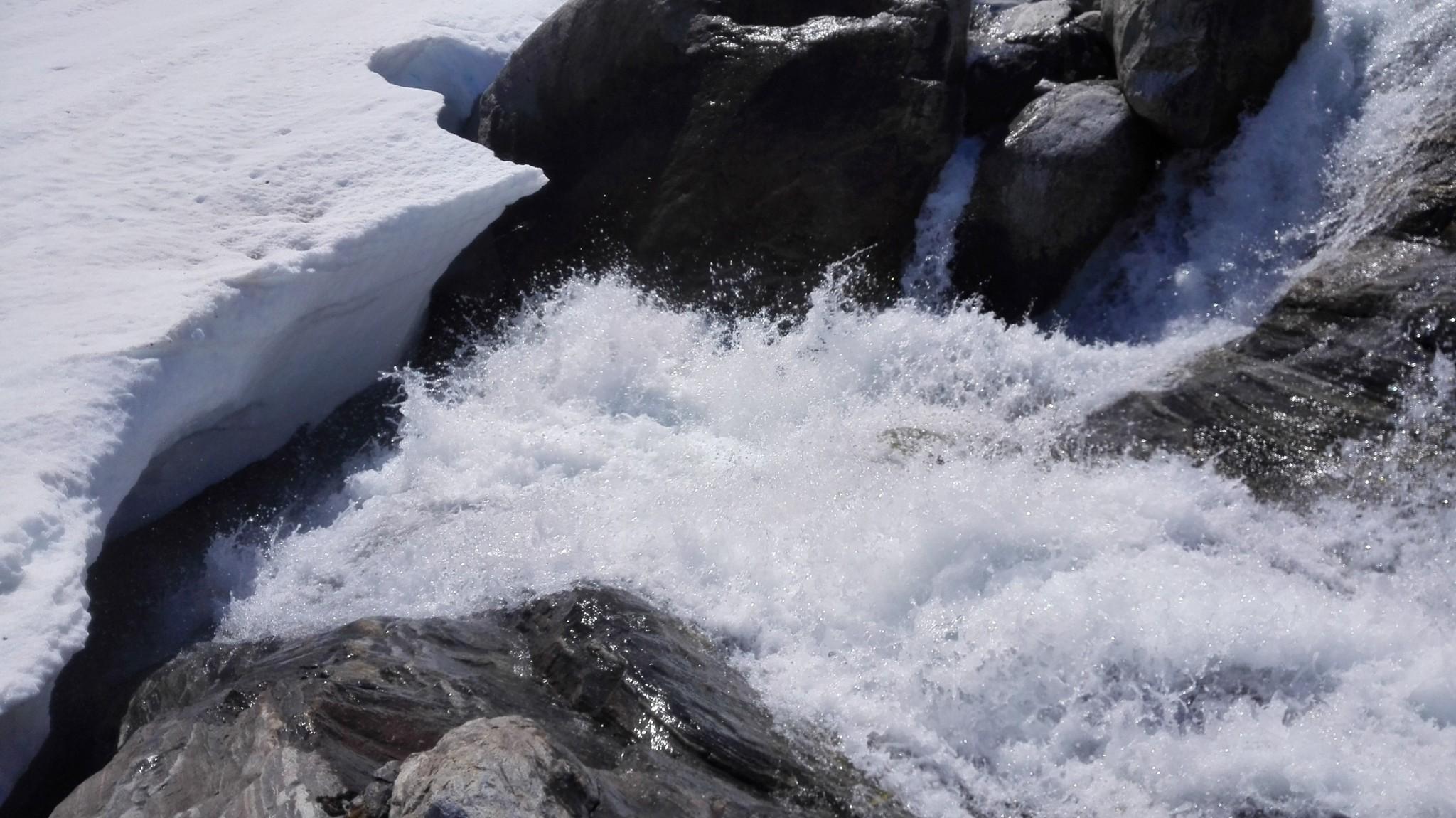 Lumen ja jään alla saattaa piileä esimerkiksi railo tai kova virtaus