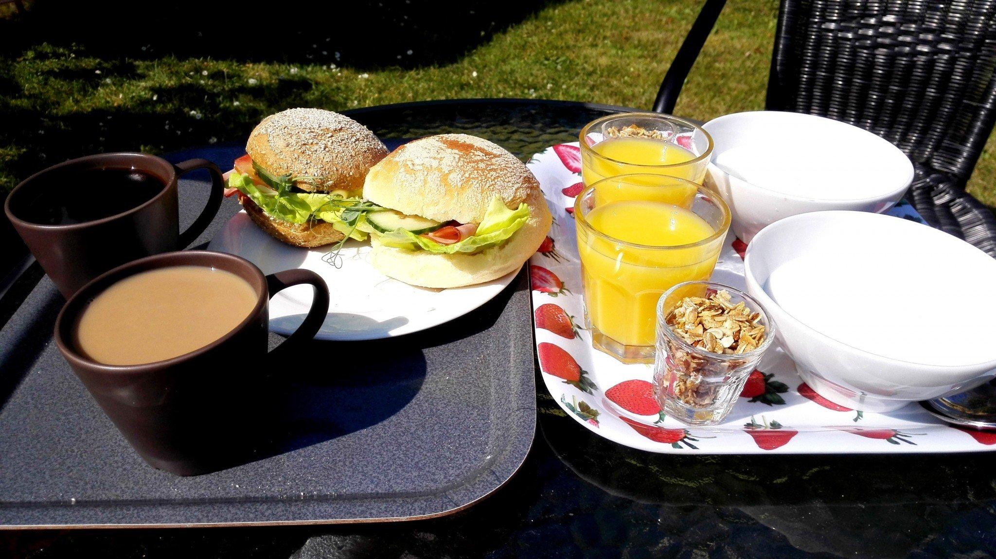 Näin hienoa aamiaista harvemmin saa vaellusretkillä. Tässä Gotlannin pyöräretken luksusta, kun piipahdimme leipomokahvilassa aamutuimaan.