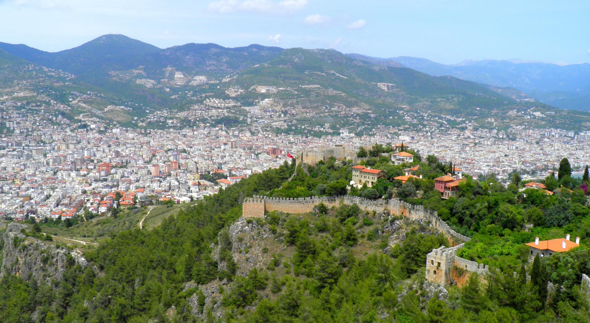 Linnan muurit ovat yli 6 km pitkät