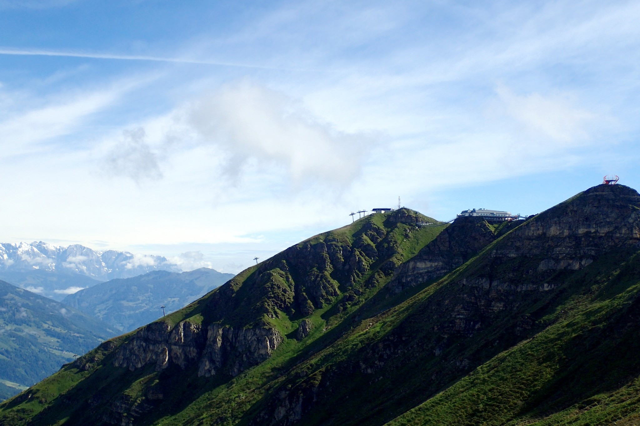 Keskimmäisellä huipulla päähissiasema, jonka vasemmalla puolella näkyy riippusilta. Etummaisella huipulla Glocknerblickin näköalatasanne.
