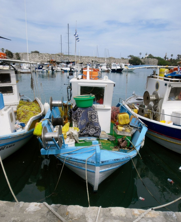 Kosin keskustassa on pieniä kalastusveneitä ja suuria turistikuunareita.