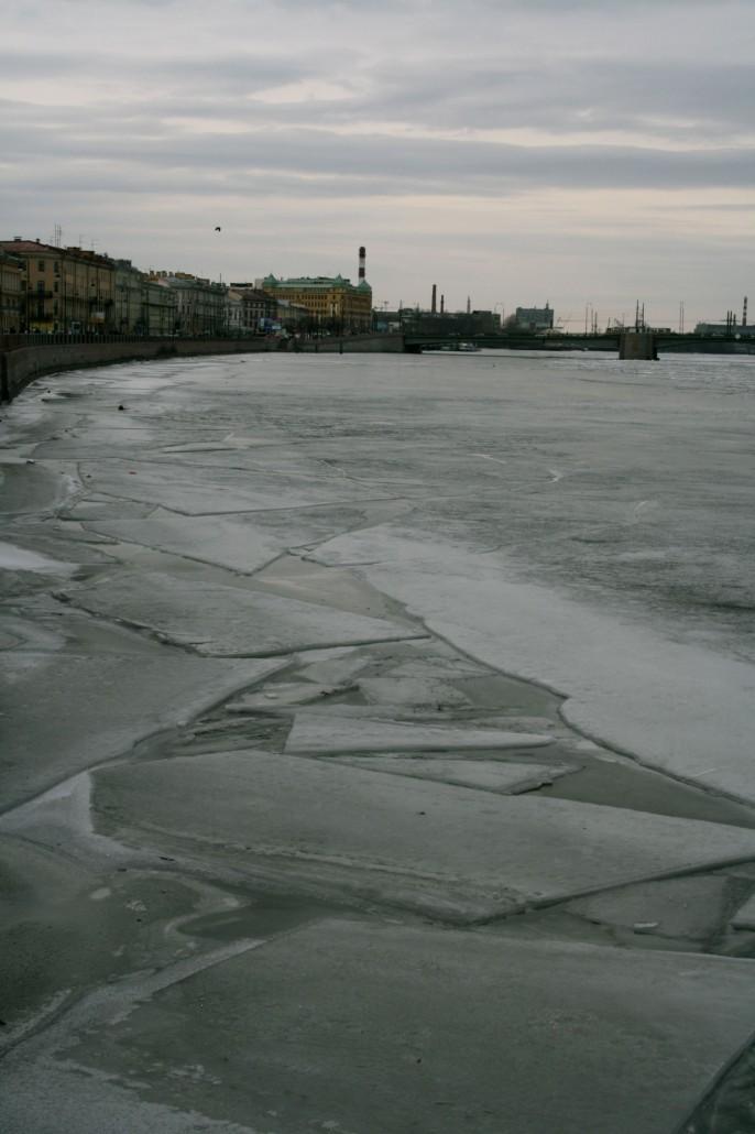 Nevajoki oli ensimmäisenä päivänä vielä jäässä.