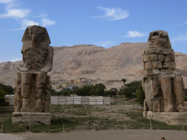 Memnonin kolossit esittävät faarao Amenhotep III:ta.