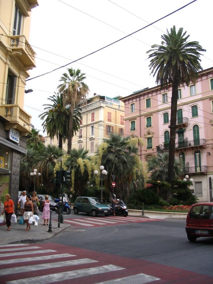 Sanremosta mieleen jäivät vaaleanpunaset talot.