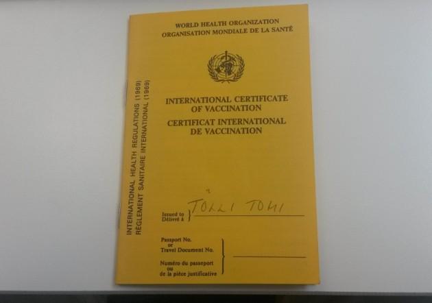 Kansainvälinen rokotuskortti päältä.