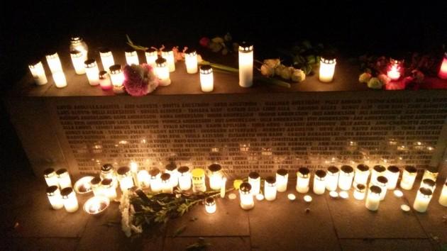 Kynttilöitä ja nimiä.