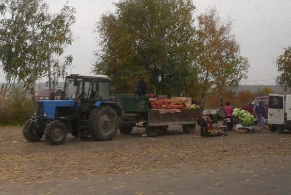 Lähiruokaa Moldovasssa. Maataloutuotteita myydään paljon teiden varsilla.