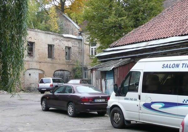 Transit parkissa Vilnan hostellin rappioromanttisella sisäpihalla.