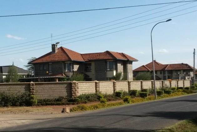 Pakollinen maisemakuva. Nairobin laitamilla on myös paljon hulppeita (ja aidattuja) asumuksia.