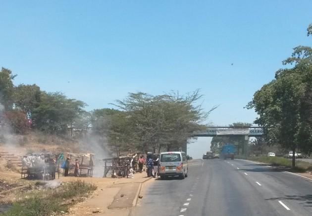 Roskia poltetaan ja yksi Afrikan lukemattomista minibusseista ottaa kyytiläisiä.