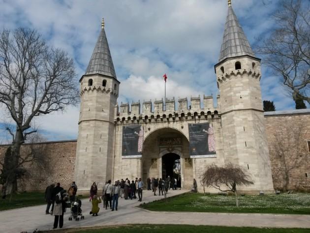 Palatsimuseon portilla. Turisteja Istanbulissa on  paljon, join ihan ruuhkaksi asti.