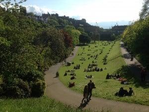 Puistoissa oli tungosta aurinkoisena päivänä.