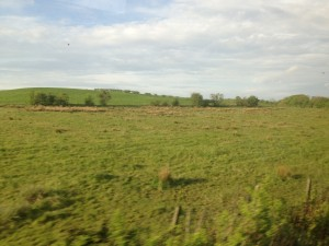 Skotlantilaisia maisemia suoraan junan ikkunasta ikuistettuna