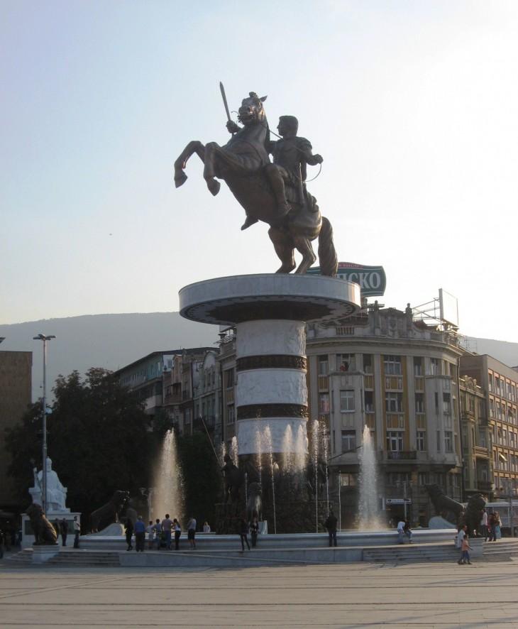 Aleksanteri Suuri, Makedonia-aukiolla