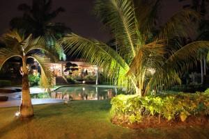 Hotellin puutarhaa iltavalaistuksessa
