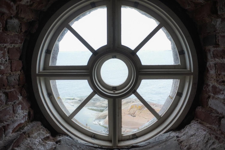 Bengskärin majakan pyöreä ikkuna, jonka takana näkyy merta