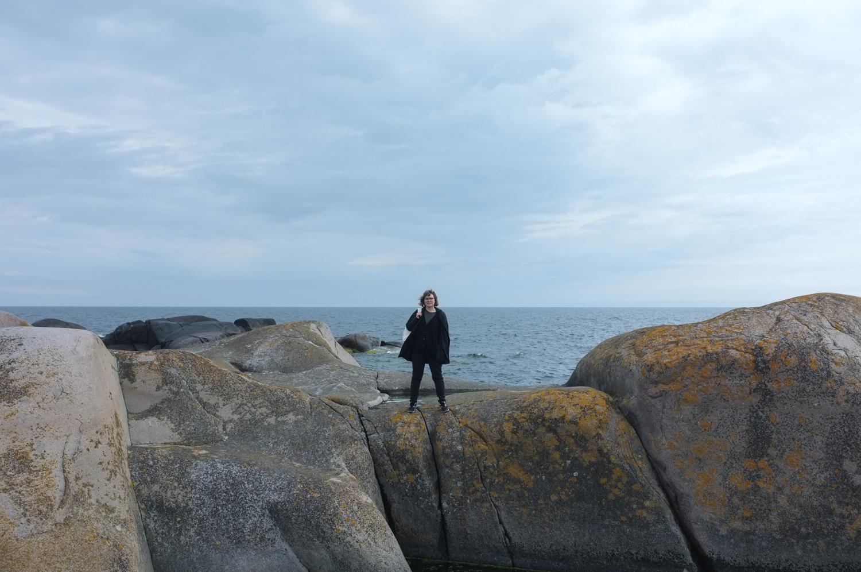 Tyttö ja saariston suuret sileät kalliot
