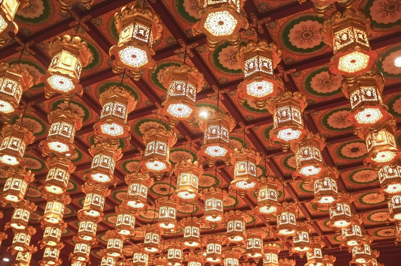 Temppelin katto, jossa on paljon koristeellisia lamppuja