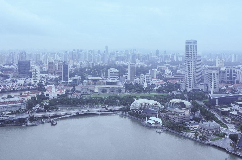 Singaporen siluetti sadesäällä
