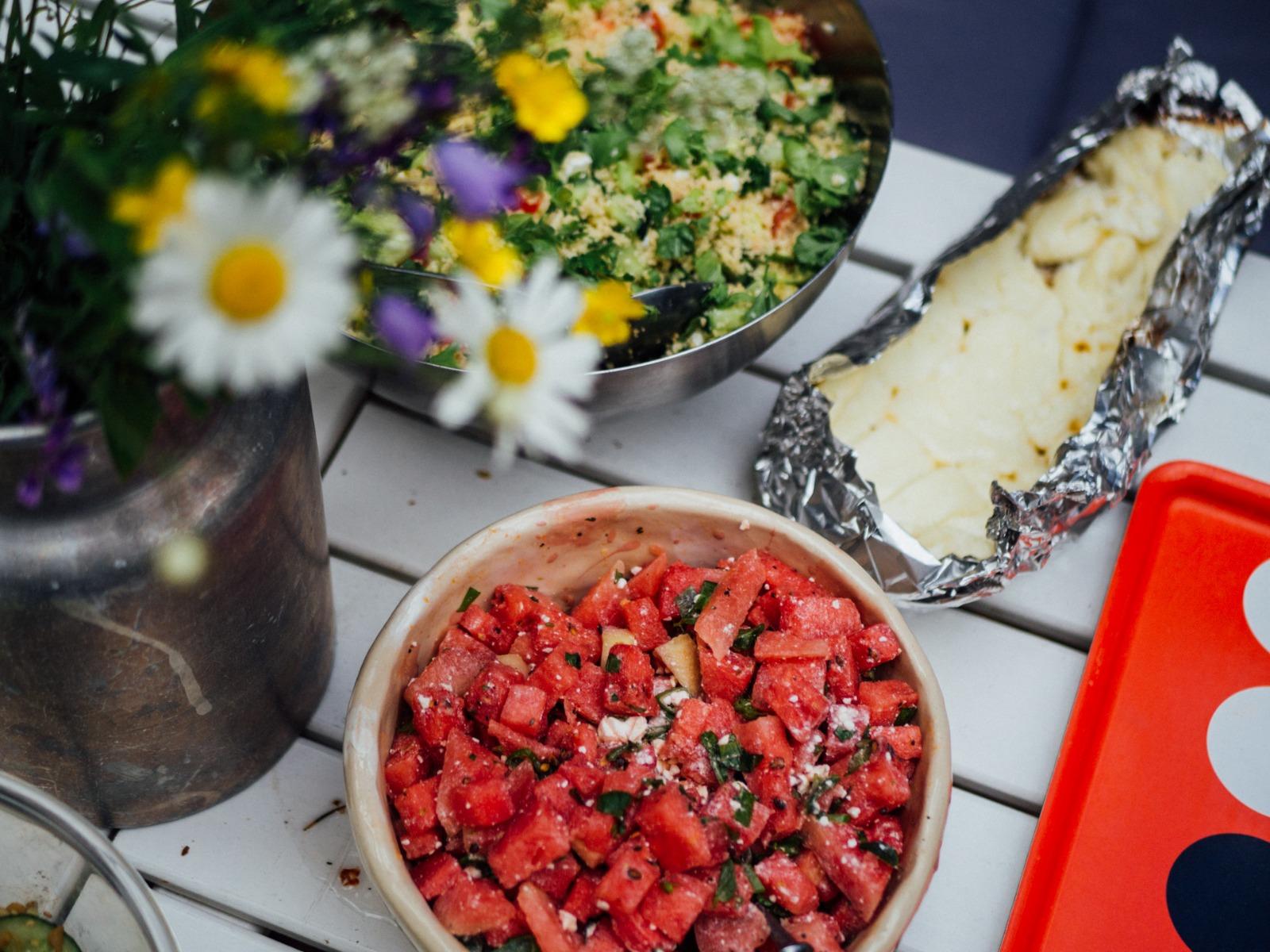 vesimelonisalaatti ja paistettua halloumia. Kuva henrietta soininen