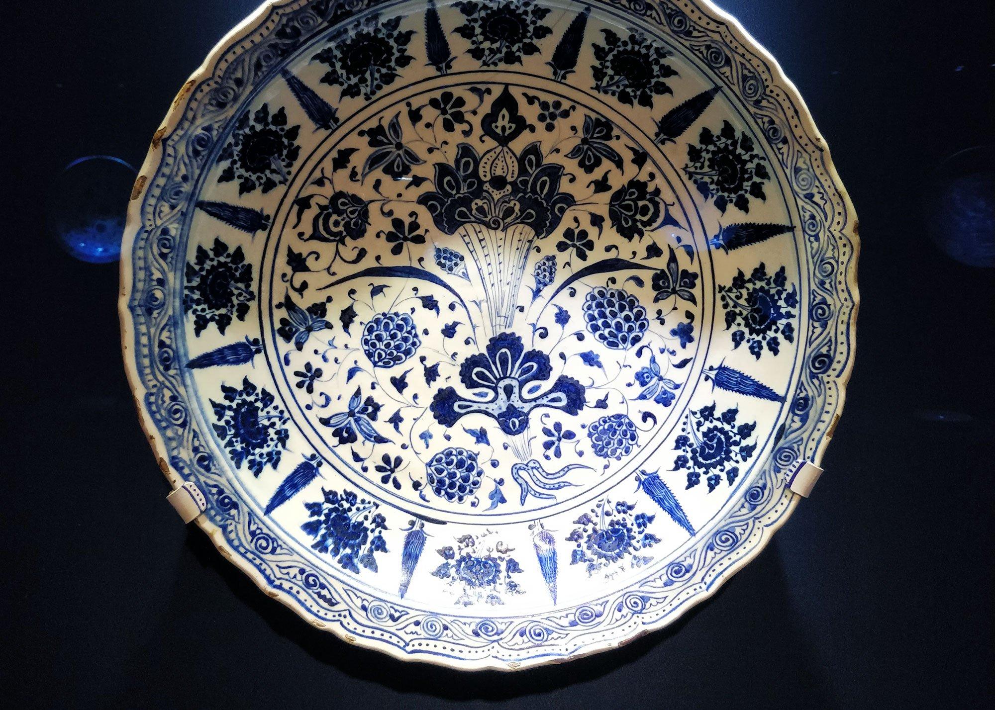 Sinivalkoinen kiinalainen posliiniastia