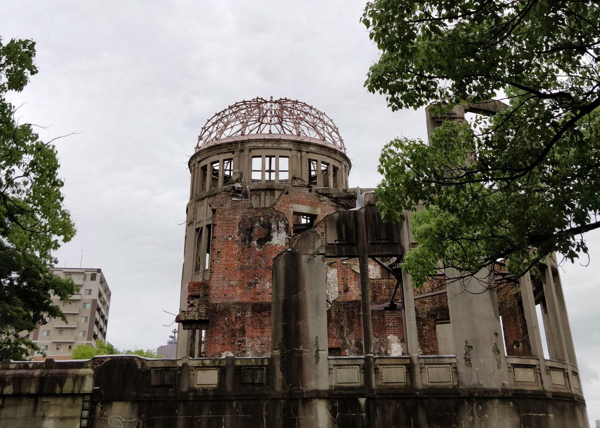Atomic bomb dome Hiroshimassa, rakennuksen rauniot atomipommin jälkeen