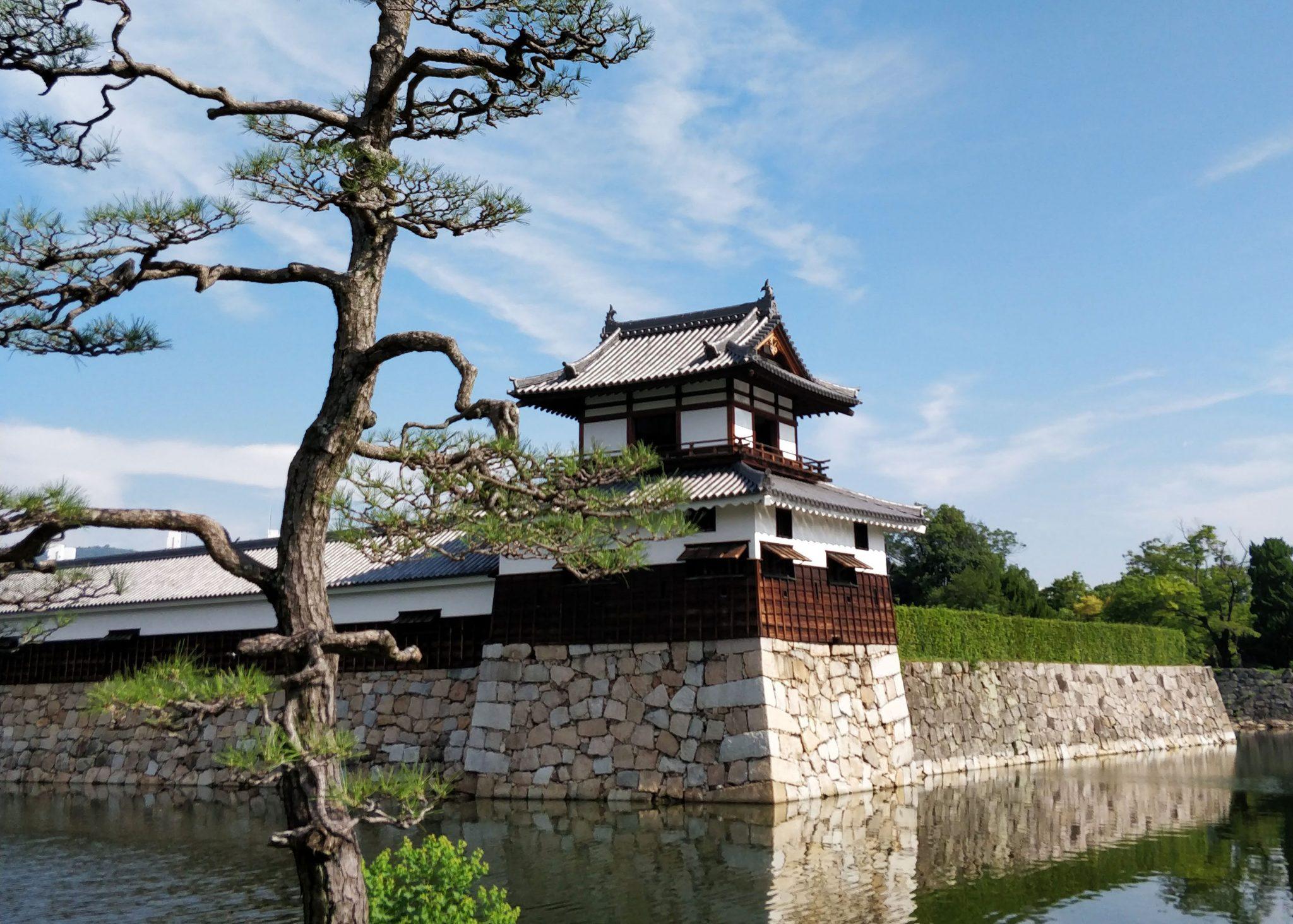 Hiroshiman linnan vallihaudat ja vartiotorni sekä mänty