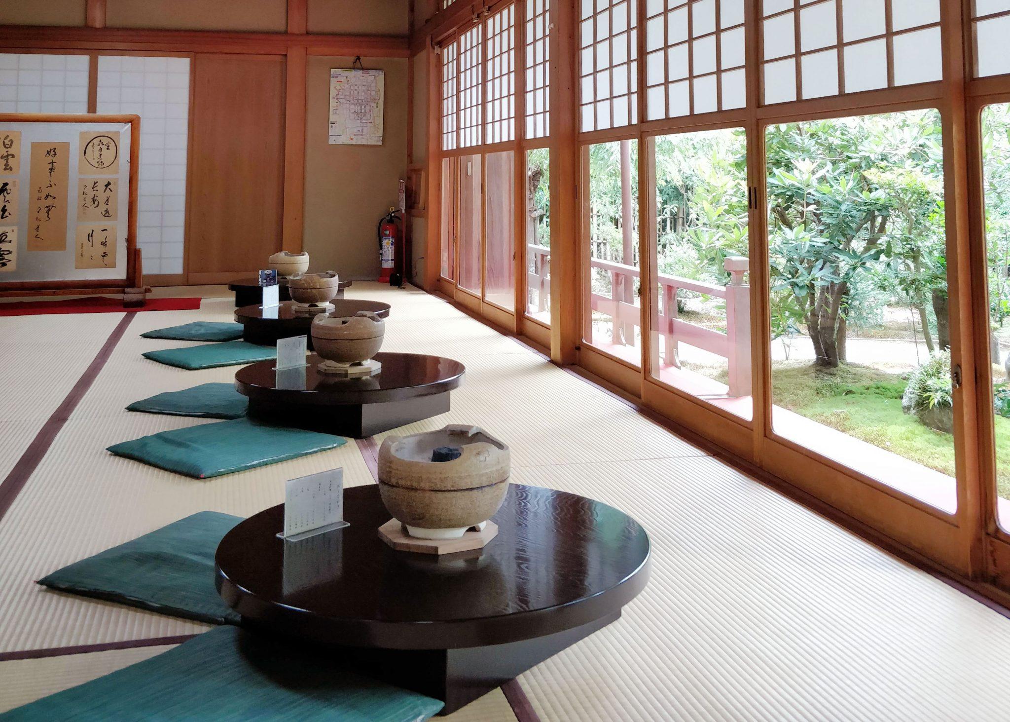japanilainen ravintola, tatamilattiat ja matalia pyöreitä pöytiä