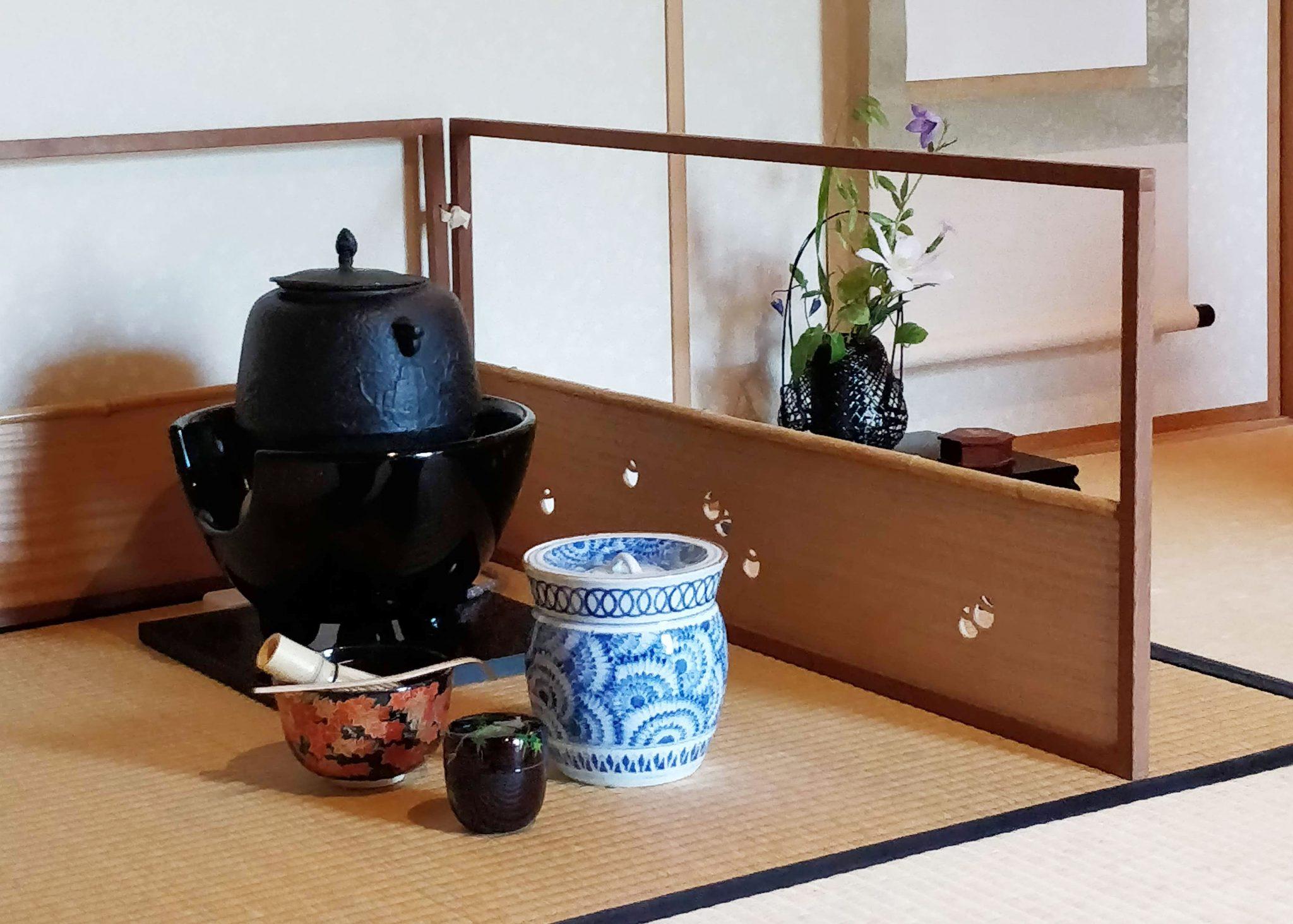 teehuone kiotossa - tatamilattiat ja teen valmistukseen liittyviä esineitä