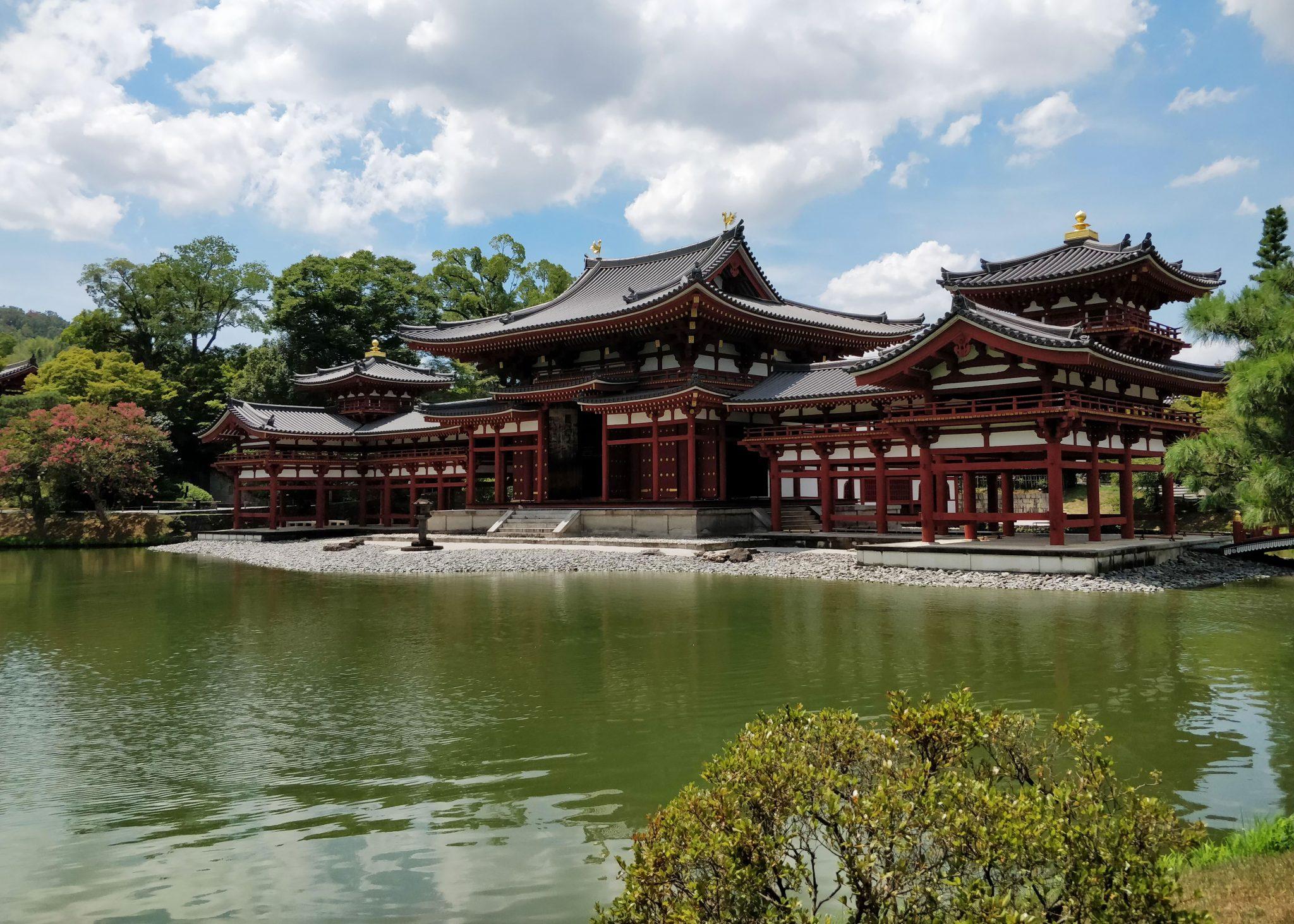Koristeellinen punavalkoinen Byodoin-temppeli ja lampi