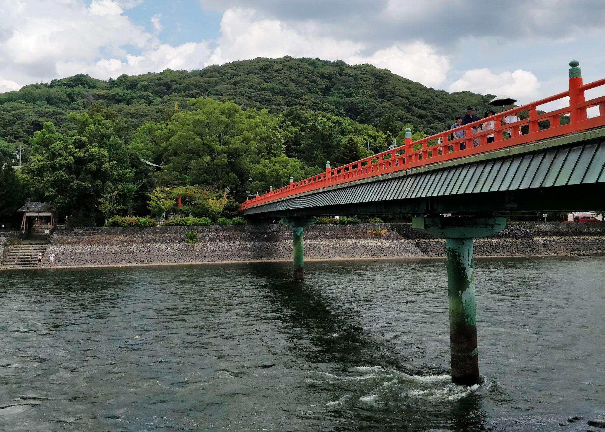 Punainen silta ja joki Ujissa