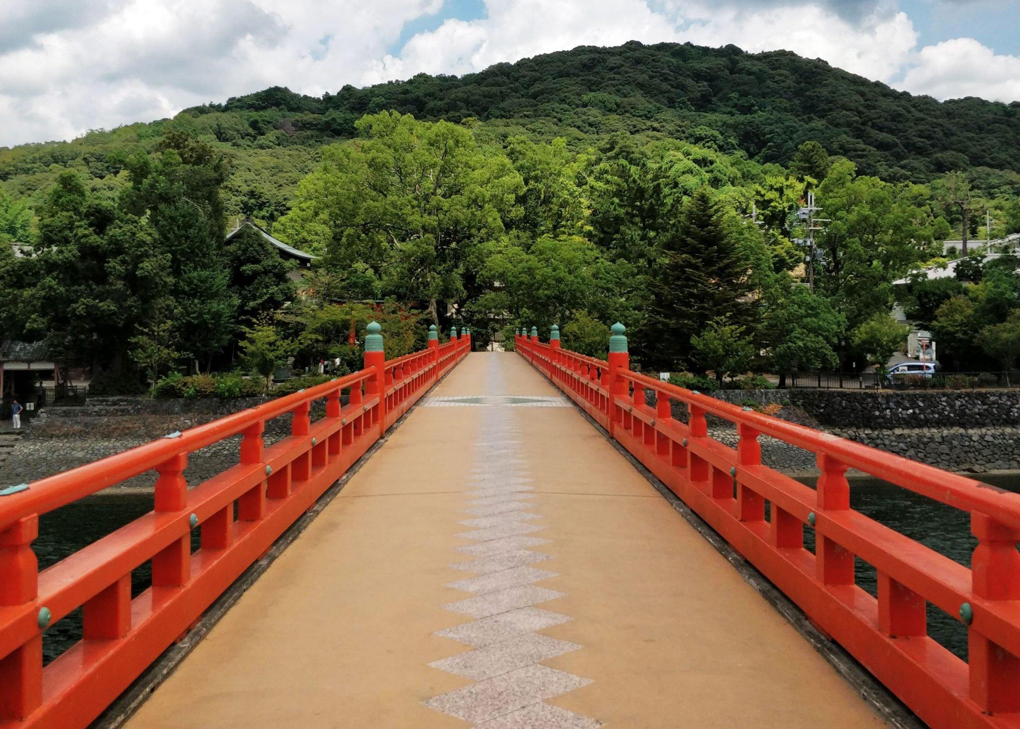 punainen silta ja Japanin luontoa