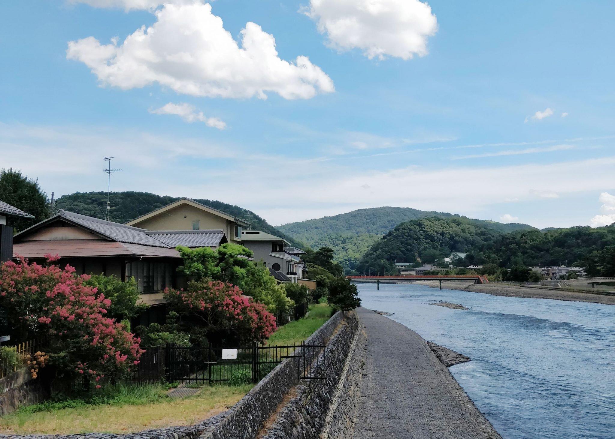 Maisema Ujista: taloja ja joki