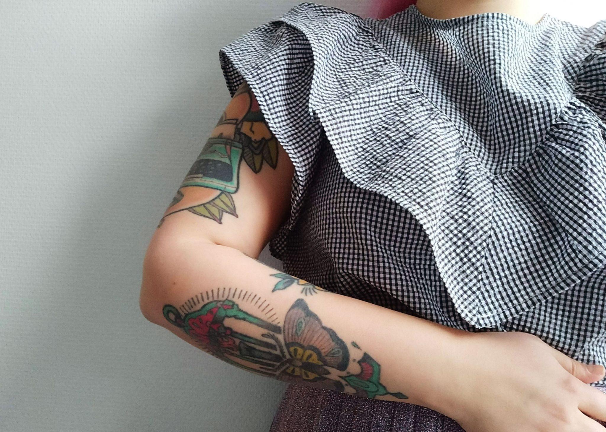 Lähikuva kädestä jossa on tatuointeja