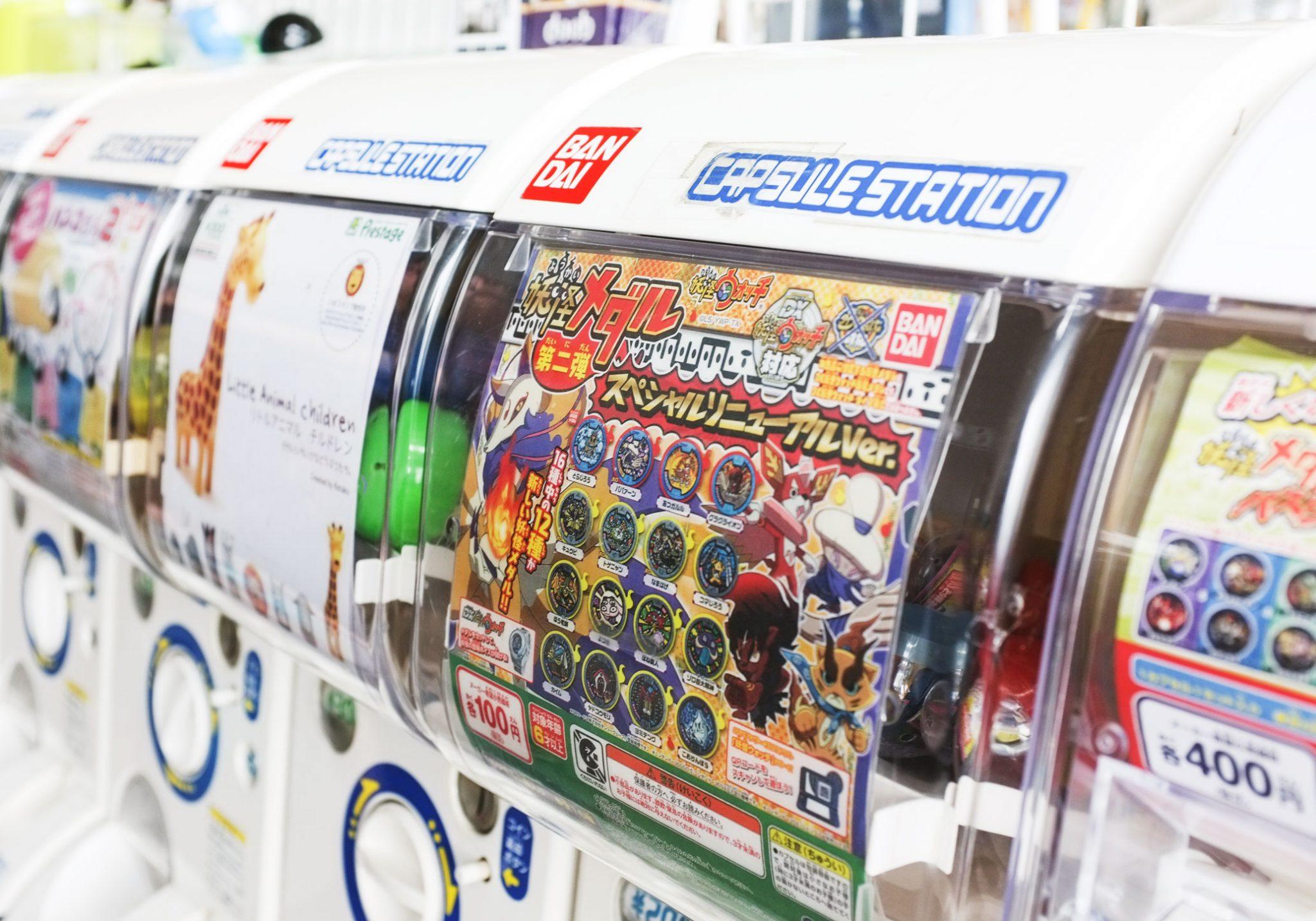 Automaatti, jossa on animehahmojen figuureita