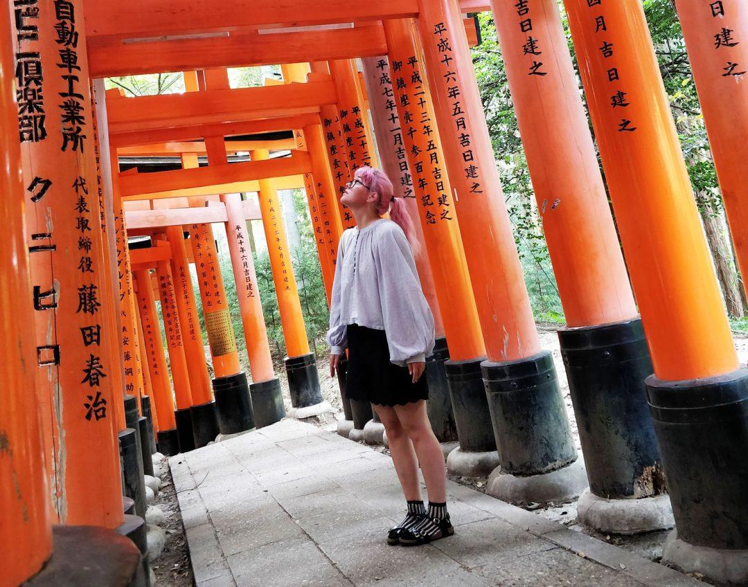 Tyttö Fushimi Inari Taisha-temppelissä