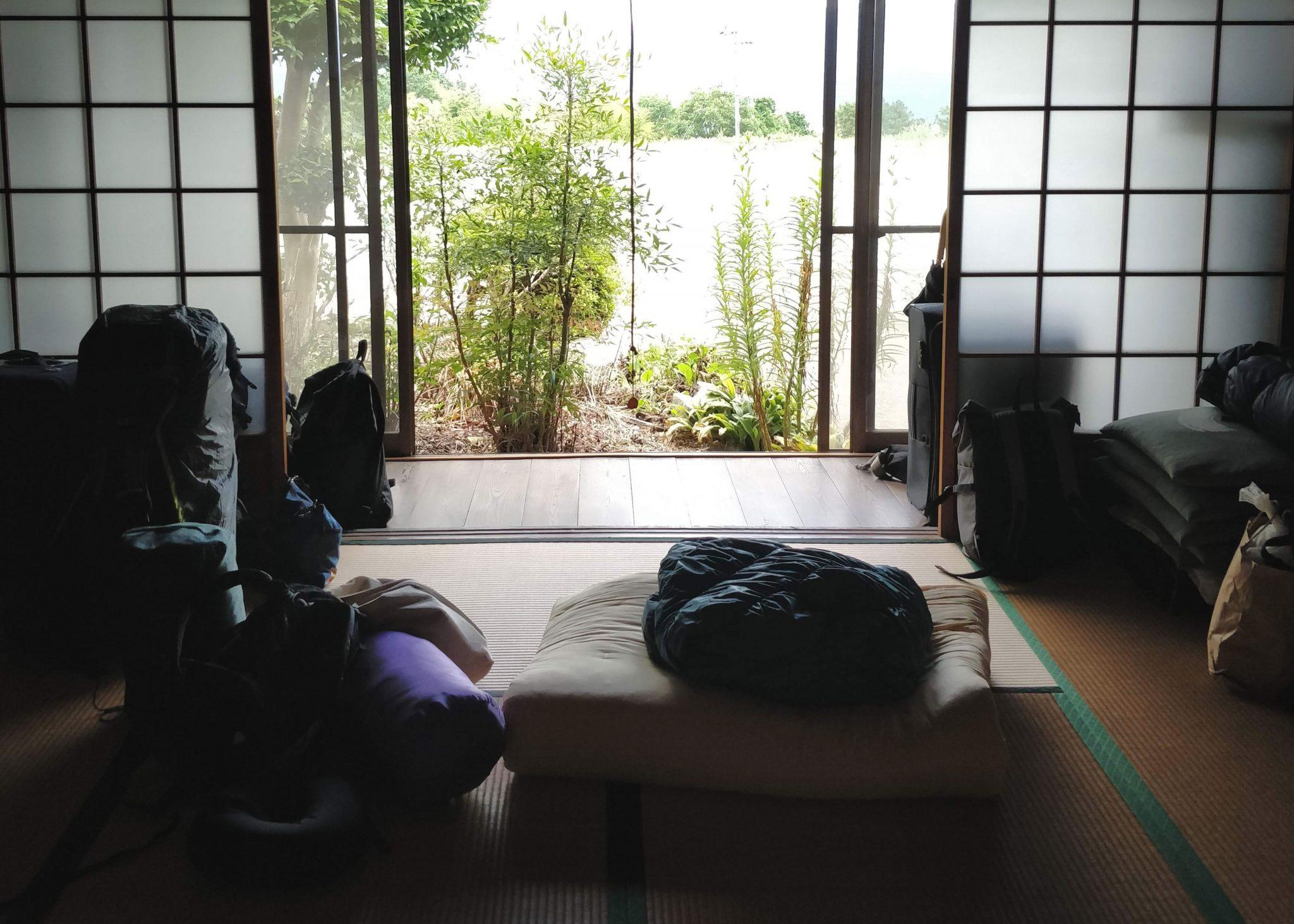 Perinteinen japanilainen talo ja rinkkoja.