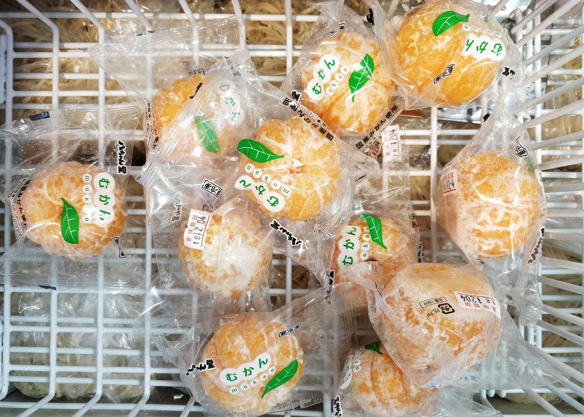Kuorittuja mandariineja yksittäin pakattuna muoviin